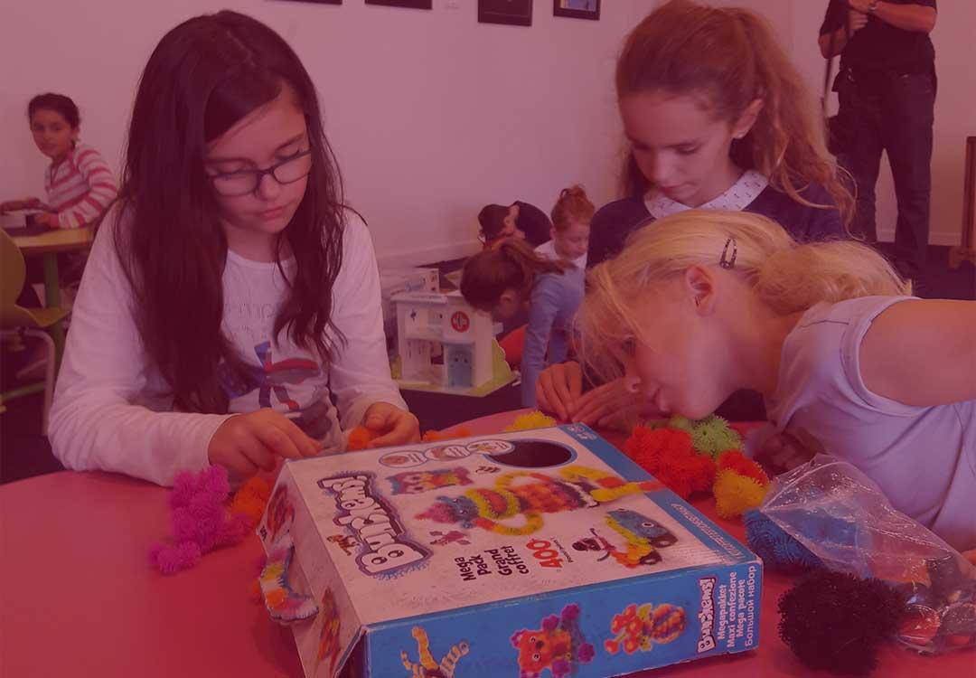 enfants qui jouent a la ludotheque