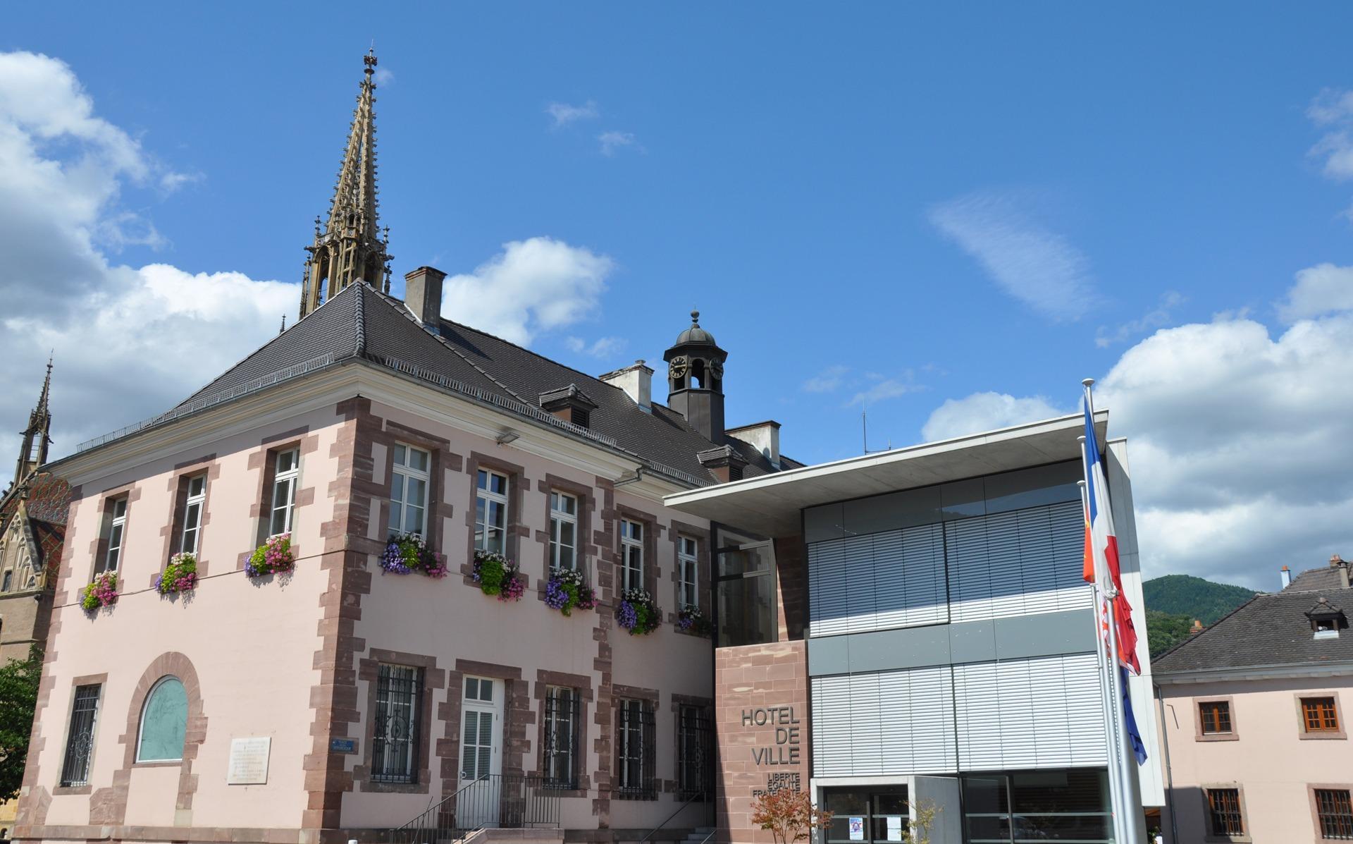 Thann-photo Hôtel de ville entree principale avec Collegiale en fond