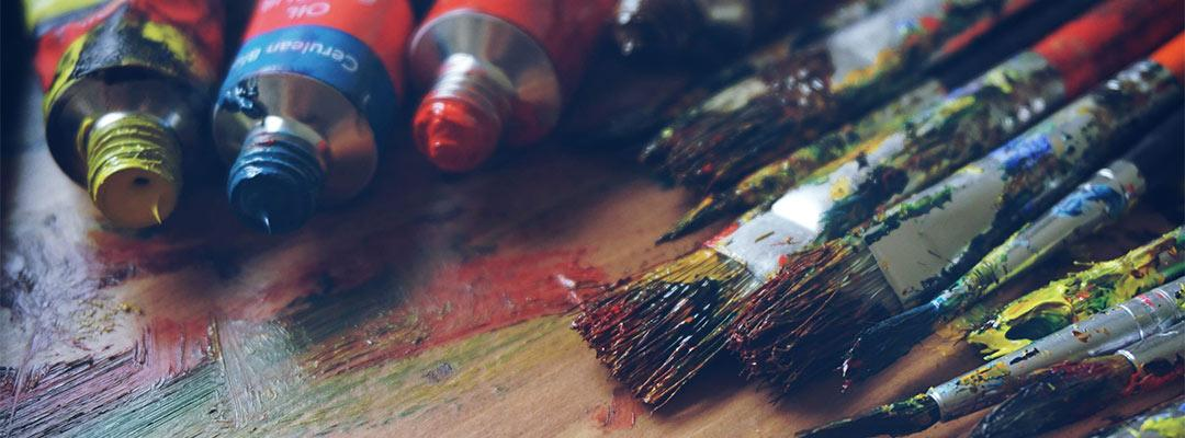 tubes de gouache et pinceaux