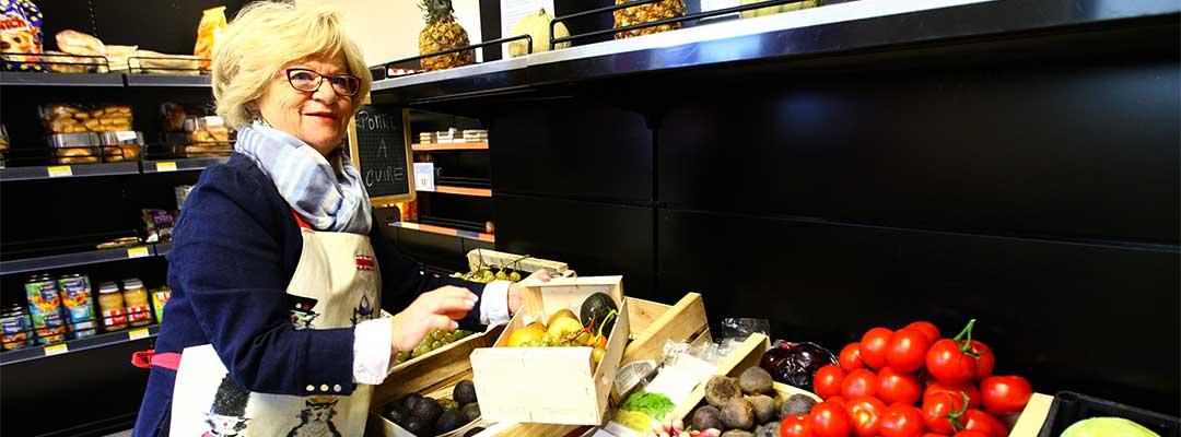 Épicerie sociale dame qui prpose des fruits