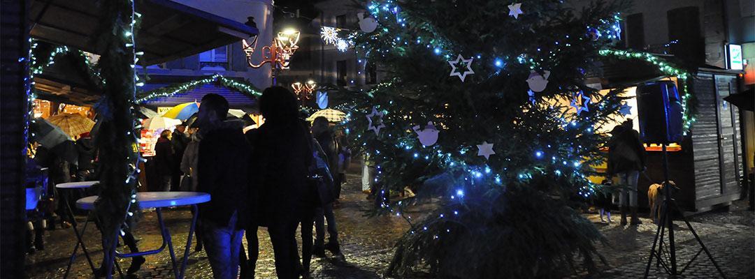 Vue du marche de Noël thannois de nuit avec ses visiteurs