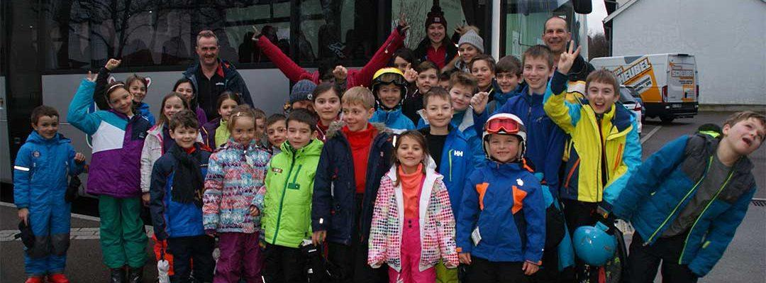 Enfants en combinaisons de ski