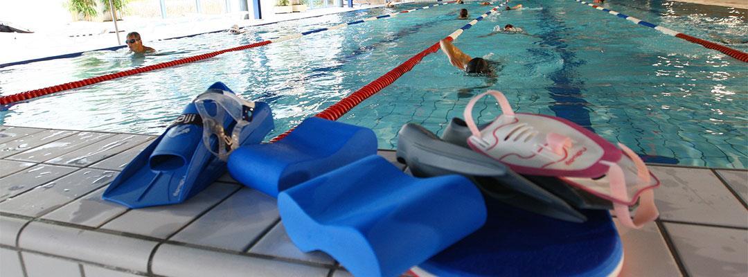 personnes qui nagent dans le bassin de la piscine de thann