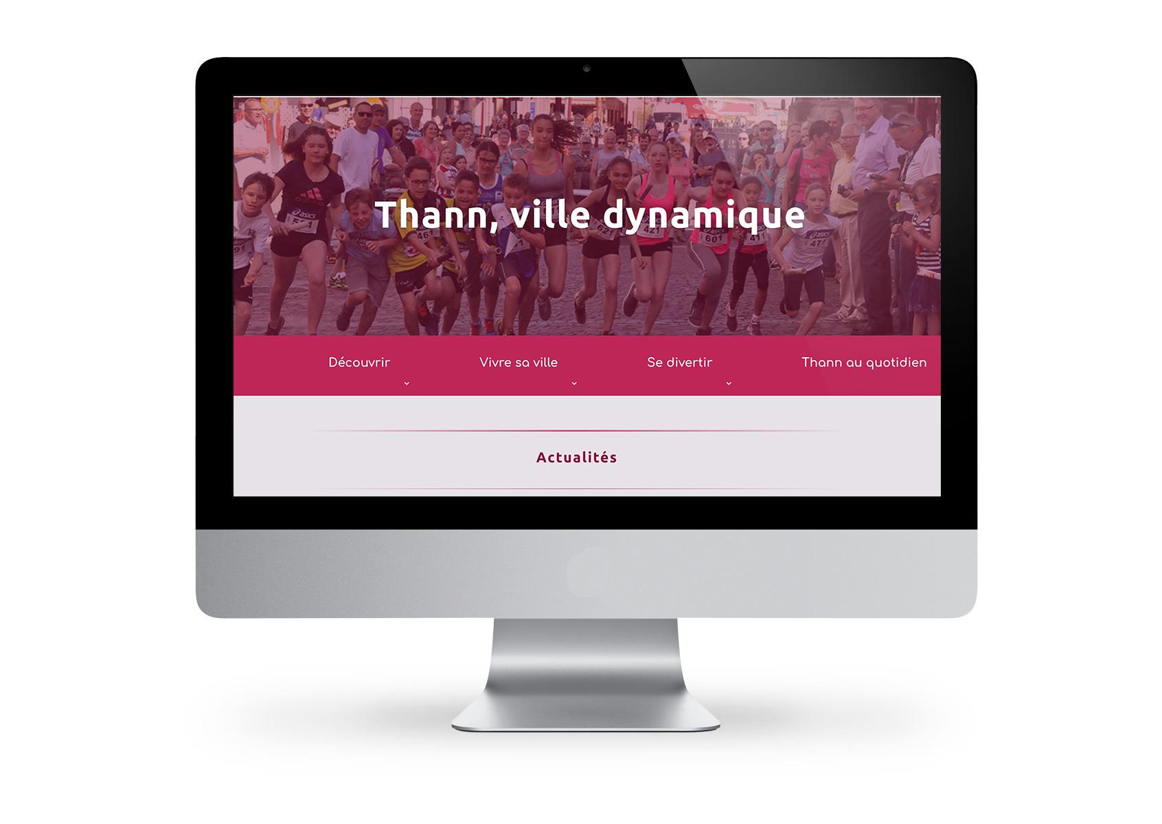 ecran d'ordinateur avec image du site internet en fond