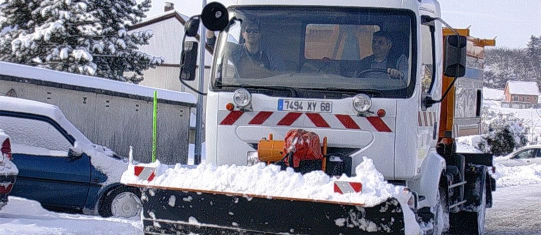 chasse neige en train de deneiger une rue à thann